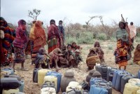 Mujeres esperando a coger agua